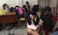 CLIP: Hàng chục nam nữ phê ma túy trong nhà hàng
