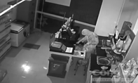 """TP.HCM: Gã nhân viên bảo vệ đi trộm quên mang theo… """"túi ba gang"""""""