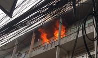 Cụ ông chạy khỏi căn nhà bốc cháy dữ dội trong chung cư