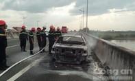 'Bà hỏa' thiêu rụi xế hộp trên cao tốc TP.HCM - Trung Lương