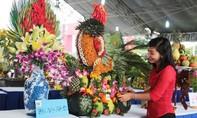 Mâm ngũ quả hình con gà lung linh tại hội chợ Hoa Xuân Quận 12
