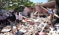 Clip: Xe khách tông sập nhà dân trong ngày 30 Tết