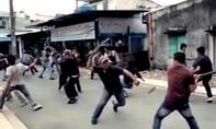 Huyết chiến giành điểm giữ xe trước cổng chùa ngày Tết