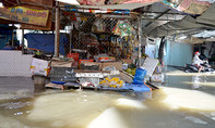 Tiểu thương Sài Gòn khóc ròng vì chợ bị 'nước lũ' bao vây