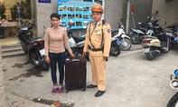CSGT Hà Nội giúp người phụ nữ mất hết tiền về quê