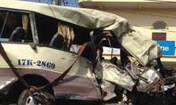 Xe ô tô 29 chỗ tông vào vách núi, 2 người chết