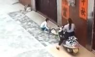 Clip người mẹ dùng xe máy cán qua người con vì không nghe lời