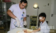 Dùng quẹt ga đốt kíp nổ, một học sinh bị thương nặng ở tay và mắt
