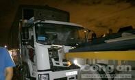 Xe tải bốc cháy sau khi tông xe đầu kéo hư giữa đường