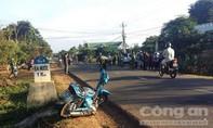 Taxi kéo lê xe máy 20m, 3 người thương vong