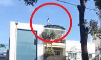 Nam thanh niên nghi ngáo đá khỏa thân, la hét trên nóc nhà