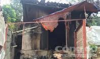 Tạt axit hai vợ chồng hàng xóm rồi về đốt nhà tự thiêu