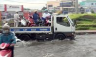 CSGT TP.HCM dùng xe đặc chủng 'giải cứu' xe chết máy do đường ngập