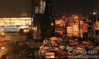 Hàng trăm thùng bia 'lọt' xuống nước, người dân phụ giúp tài xế gom bia