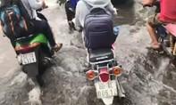 Clip: Nhiều tuyến đường ngập ngay giờ cao điểm vì mưa