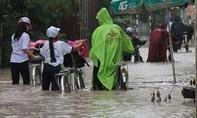 Mưa lớn nhấn chìm đường phố Biên Hòa trong biển nước