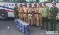 CSGT bắt xe khách chở 2.000 bao thuốc lá lậu