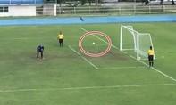 Thủ môn 'bật khóc' sau quả penalty mười giây mới thành bàn thắng