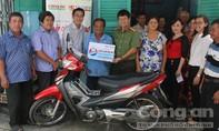 Tặng xe máy cho bác tài xế xe ôm nghèo