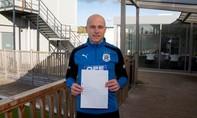 Cầu thủ Huddersfield gặp fan nhí đã tặng mình 5 Bảng