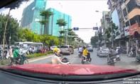 Thản nhiên dừng xe giữa đường bấm điện thoại, 'ninja' bị anh Tây lôi khỏi đường