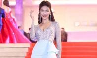 Clip: Lan Khuê bất ngờ ngã lọt thỏm dưới ghế khi ngồi giám khảo Hoa hậu Đại dương