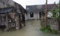 Mưa lớn kéo dài, hàng trăm nhà dân chìm trong biển nước