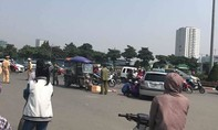 Người chồng thất thần trước xác vợ sau tai nạn giao thông