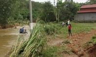 Lũ quét sập cầu, học sinh phải vượt sông đến trường bằng cách đu ròng rọc