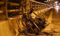 Hà Nội: Tìm chủ xe Air Blade bốc cháy trên cầu