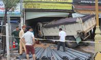 Xe ben tông sập nhà dân, 2 người bị thương nặng