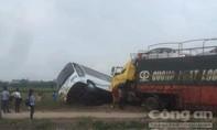 Xe tải đấu đầu xe khách bay xuống ruộng, khách la hét kêu cứu