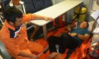 Cấp cứu một ngư dân bị đau bụng dữ dội trên biển