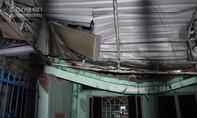 Gió làm tốc mái, quật ngã cột điện thu phát sóng đè sập nhiều nhà dân