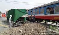 Vượt đường dân sinh, xe ben bị tàu hoả tông văng vào lề đường