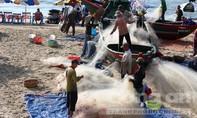 Vũng Tàu 'cấm biển'; tàu nước ngoài cứu 5 ngư dân gặp nạn