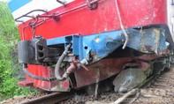Tàu hỏa trật bánh vì tông vào đá tảng từ núi rơi xuống đường ray
