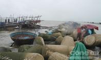 Tàu câu mực bị gió lốc đánh chìm ở cửa biển