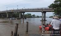Sà lan chở cát chìm trên sông 2 người mất tích