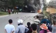 4 ô tô bất ngờ bốc cháy nghi ngút, nhả khói đen
