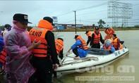 Công an hỗ trợ di dời người dân đến nơi an toàn