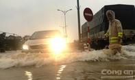 Thừa Thiên - Huế chìm trong biển nước, công an ngày đêm giúp dân