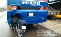 Xe máy ghim chặt đuôi xe khách, một thanh niên bị thương nặng