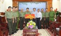 Thứ trưởng Bộ Công an thăm, tặng quà vùng lũ Bình Định