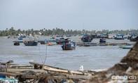 Đường ven biển thị trấn Vạn Giã ngổn ngang vì cơn bão số 12