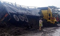 Đang lưu thông, xe đầu kéo bị nhiều mét khối đất đá vùi lấp