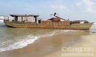 Một tàu sắt trôi dạt vào bờ biển ở Quảng Nam