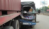 Xe tải tông đuôi container, tài xế thoát chết kỳ diệu