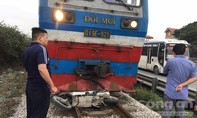 Tàu hỏa kéo lê máy 30 mét, hai người tử vong tại chỗ