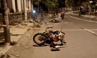 Hai thanh niên nằm chết trước cổng trường học